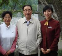 原中共中央政治局常委、全國人大常委會委員長李鵬與西湖國賓館實習生親切合影