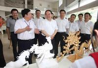 原國家教育部部長周濟了解學生雕刻技能的訓練情況